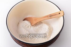 230 грамм муки просеять, соединить с солью (0,5 ч. л.) и перемешать.