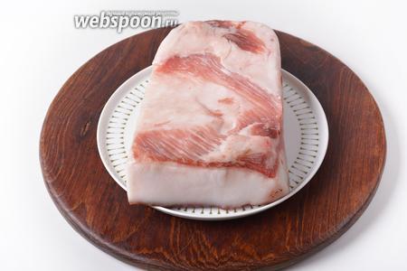 Для работы нам понадобится свежее сало. Лучше всего для приготовления шкварок подходит толстое свиное сало с небольшими мясными прожилками.