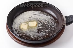 50 грамм масла растопить в толстостенной сковороде.