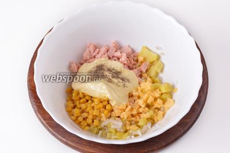 Добавить 100 грамм майонеза, 2 грамма соли, чёрный молотый перец (1 грамм). Перемешать.