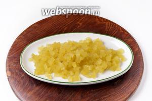 Огурцы очистить от кожуры и нарезать мелкими кубиками 120 грамм.