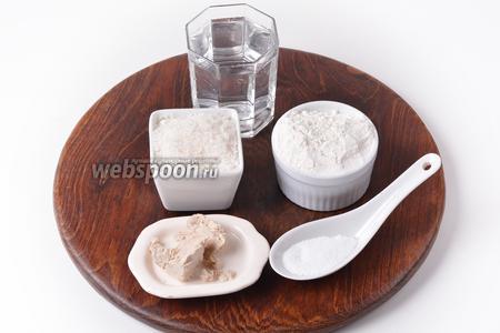 Для работы нам понадобится мука, вода, соль, сахар, свежие дрожжи, подсолнечное масло.