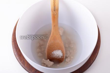 150 мл воды нагреть до 37°С, соединить с сахаром (1 ч. л.), раскрошенными дрожжами (15 грамм). Перемешать, оставить на 5 минут.