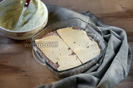 Покрываем тонким слоем сыра, примерно 30 грамм.