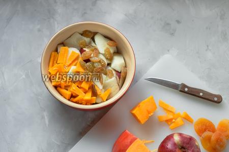 Нарезать в смазанную маслом (40 мл) форму 3 яблока, 80 грамм тыквы, курагу (30 граммов). Добавить 20 грамм изюма.