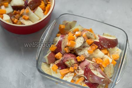 Залить порезанные фрукты полученной смесью и посыпать специями (по 2 грамма аниса, кардамона и корицы). Я использовала 2 небольшие формы. Вы можете использовать одну большую или вовсе запекать порционно.