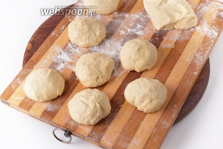 Разделить тесто на 9 частей (вес 1 части приблизительно 50 граммов). Накрыть их плёнкой и оставить на 15 минут. Кроме того, оставить небольшой кусочек теста для формирования «ушек».