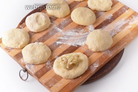 Сформировать из каждого куска теста лепёшку. В центр лепёшки выложить 1/9 часть начинки. Поднять края теста вверх над начинкой, защипнуть их, сформировать круглую булочку.
