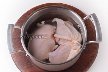 400 грамм куриного филе и куриные бёдра (450 грамм) тщательно промыть, выложить в кастрюлю с холодной водой (вода должна покрывать мясо), довести до кипения, проварить 1 минуту. Слить воду, части курицы и кастрюлю тщательно промыть.
