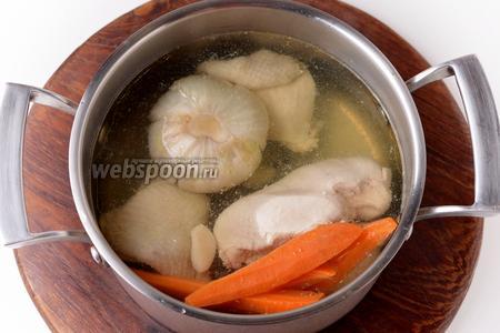 Довести до кипения, а затем убавить огонь до минимального и готовить 45 минут. За 10 минут до окончания варки, выложить в кастрюлю 4 чёрных перца горошком. Снять кастрюлю с огня и оставить мясо и овощи в отваре на 30 минут.
