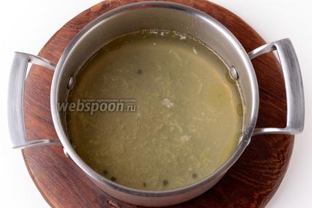 Вынуть мясо и овощи, а в бульон добавить соль (0,75 ст. л.) и пропущенный через пресс, очищенный 1 зубчик чеснока. Довести почти до кипения, снять с огня и оставить под крышкой на 10 минут. Процедить через 2 слоя марли и добавить быстрорастворимый желатин (30 грамм). Перемешать до его растворения. Если будет такая необходимость, немного нагреть бульон для того, чтобы желатин полностью растворился.