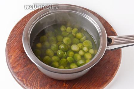 Предварительно брюссельскую капусту (200 грамм) промыть и отварить в кипящей, слегка подсоленной воде до мягкости, приблизительно 10 минут. Откинуть на дуршлаг и дать стечь жидкости.