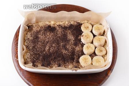 Равномерно посыпать подпечённую основу 1 столовой ложкой какао. 3 банана очистить, нарезать кружочками толщиной 5-6 миллиметров и выложить на какао.