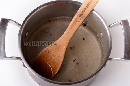 Соединить маринад с 30 граммами сахара, имбирём (1 щепотка), мускатным орехом (1 щепотка), 6 перцами горошком и гвоздикой (6 грамм). Перемешать до растворения сахара. Довести до кипения и проварить 1 минуту.