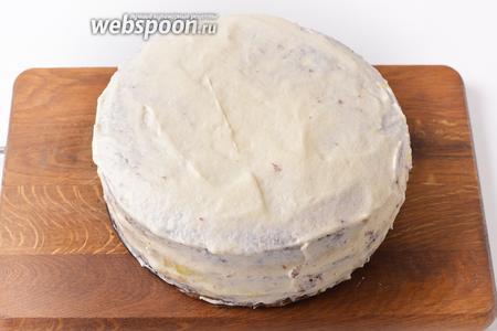 Накрыть третьим пластом. Смазать кремом верх и бока торта. Оставить часть крема для украшения торта. Отправить торт в холодильник на 30-45 минут.