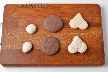 Торт можно просто украсить кремом в виде свинки, а можно испечь из песочного теста (50 грамм) заготовки, вырезав их вырубками для печенья: 2 сердечка для «ушек», 2 кружка для «пятачка» и 2 кружка для «глазок» хрюши. Часть крема можно покрасить красным пищевым красителем или соком варёной свёклы.