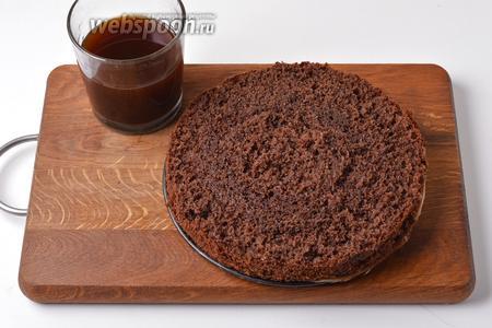 Разрезать корж на 3 пласта и пропитать каждый кофейной пропиткой (около 160 мл).