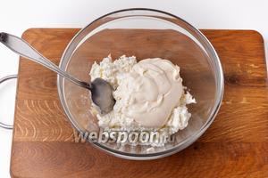 Соединить творог и 150 грамм сметаны. Тщательно растереть. На этом этапе можно регулировать желаемую густоту мачанки, добавляя больше или меньше сметаны. Также можно вмешать немного молока, если хотите получить мачанку пореже.