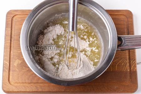 220 грамм муки просеять, соединить с сухими быстродействующими дрожжами (0,75 ч. л.) и вмешать в тесто. В конце вмешать 25 мл подсолнечного масла.
