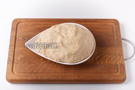 Замесить тесто и оставить его в тёплом месте на 1-1,2 часа.