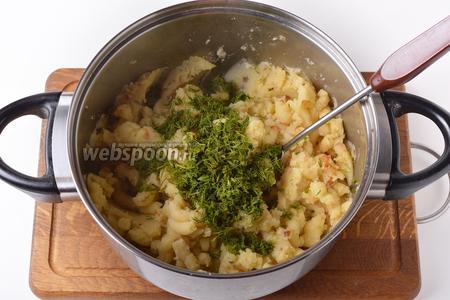 35 грамм укропа промыть, мелко нарезать и вмешать в картофельную начинку. Картофельная начинка для беляшей готова. Разделить начинку на 10 частей. На 1 беляш — 1 часть начинки.