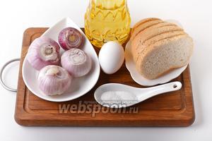 Для работы нам понадобится лук, яйцо, ломтики батона, подсолнечное масло, соль.