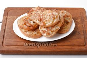 Жареные бутерброды с луком готовы к подаче. Подавайте горячие бутерброды с луком их сразу же после приготовления к чаю или на перекус.