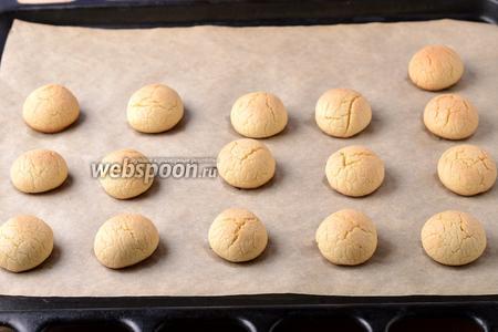 Выпекать при 180°С 12-14 минут до готовности, но не перепечь! Печенье должно остаться светлым.