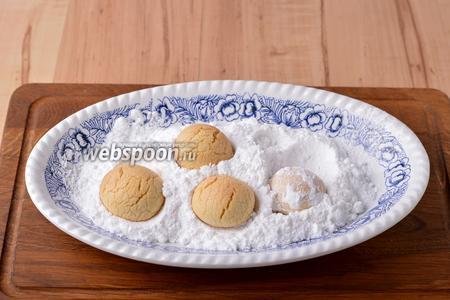 Горячее печенье снять с противня и сразу же обкатать в сахарной пудре (30 грамм).