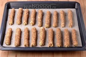 Выложить подготовленное печенье на противень, застеленный бумагой для выпечки.