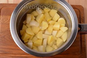 300 грамм картошки очистить, нарезать небольшими кусочками, выложить в воду. Довести до кипения и проварить 2 минуты.