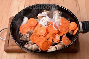 Лук и морковь очистить. 70 грамм лука нарезать полукольцами, а 60 грамм моркови — тонкими кружочками. Добавить лук и морковь в сковороду. Перемешать и готовить 3-4 минуты.