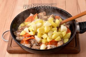 Добавить кипящий картофель вместе с водой (200 мл), в которой он варился. Приправить солью (5 грамм). Довести до кипения и готовить на небольшом огне под крышкой приблизительно 15 минут. Тушим до готовности мяса и овощей. За 5 минут до готовности, добавить 2 лавровых листа.