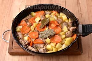 В конце приправить блюдо чёрным молотым перцем (1 грамм). Подавать в горячем виде.