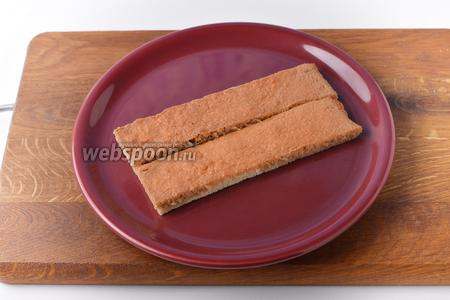 Часть бисквитных палочек быстро окунуть в эспрессо (100 мл) и выложить на блюдо.