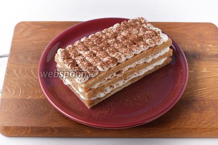 Повторить слой палочек и крема ещё 2 раза. Посыпать сверху какао (1 ч. л.) через ситечко. Отправить десерт в холодильник на 30 минут.