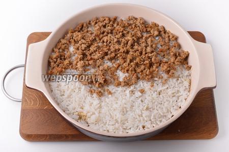 На сыр выложить подготовленный рис, а на него — фарш.