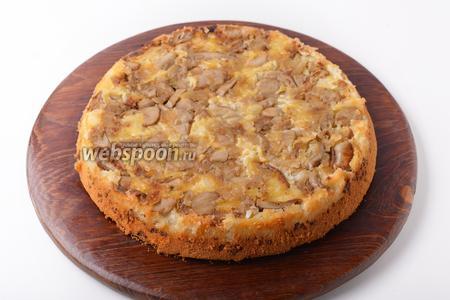 Перед подачей перевернуть пирог вверх дном таким образом, чтобы грибы оказались сверху и нарезать средними кусочками.