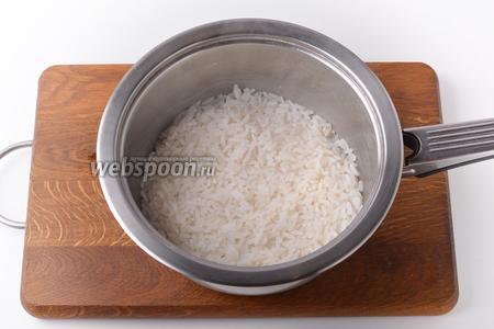 80 грамм риса промыть и отварить до готовности.