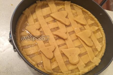 Из остатков теста делаем сердечки и украшаем пирог. Ставим в духовку, разогретую до 180°C на 45 минут.
