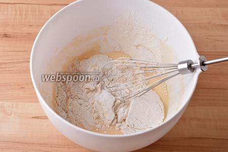 Вмешать 110 грамм просеянной с содой (3/4 ч. л.) муки.