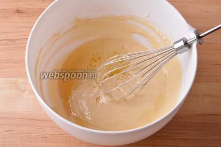 В конце вмешать подсолнечное масло (3 ст. л.). Тесто получается достаточно жидким.