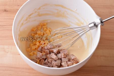 Колбасу и сыр (по 50 грамм) нарезать крупными кубиками и вмешать в тесто.