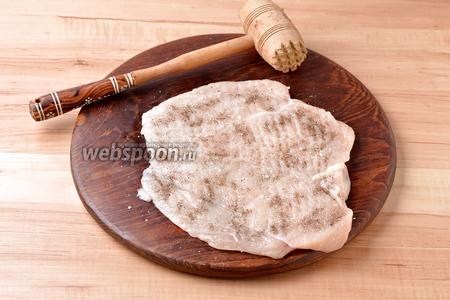 Выложить мясо разрезом вверх, накрыть его пищевой плёнкой и отбить до толщины 5-6 миллиметров. Отбивать мясо следует очень легко, так как куриное филе — очень нежное мясо. Приправить с обеих сторон солью (0,75 ч. л.) и чёрным молотым перцем (1 г).