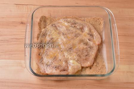 Затем тщательно запанировать филе с обеих сторон в панировочных сухарях (4 ст. л.).