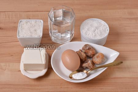 Для приготовления коржей нам понадобится инжир или финики, мука, сахар, сода, кипяток, яйцо, сливочное масло.