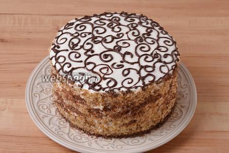 50 грамм шоколада натереть на средней тёрке. 35 грамм шоколада растопить и использовать для нанесения рисунка сверху торта. 15 грамм натёртого шоколада использовать для оформления боков торта. Торт готов к подаче.