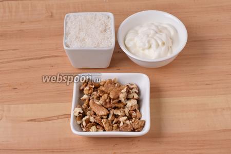 Для приготовления крема нам понадобится жирная сметана, которую вы сможете взбить, грецкие орехи, сахар.