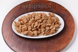 200 грамм печенья нарезать небольшими кусочками.