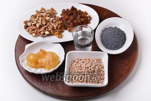 Понадобится перловая крупа, изюм, грецкие орехи, мак, мёд, сахар, вода, соль.